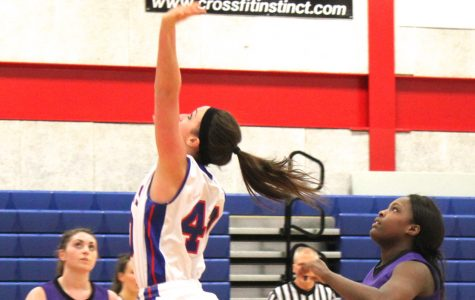 Lincoln Land's Gretchen Hobbie (40) shoots a layup in the game against Lincoln College